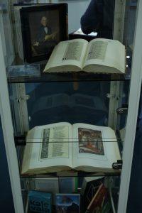 Foto: Jessica Andrischack-Schützmann Besondere Kalevala-Ausgaben sind in einer Vitrine zu bestaunen.